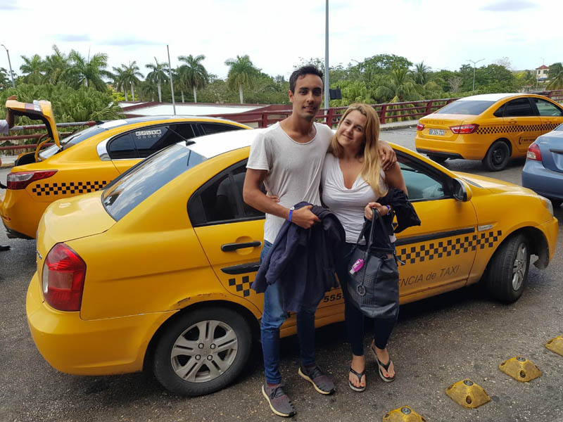 Taxi en Cuba - carro moderno - Maxicuba